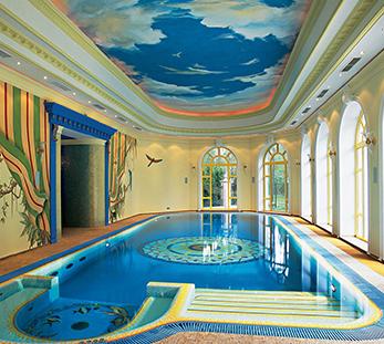 Дизайн натяжного потолка в бассейне