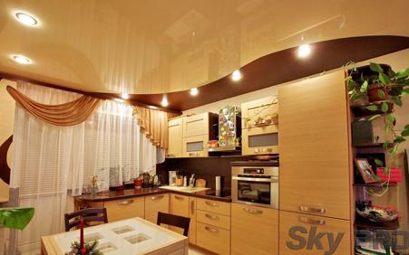 Глянцевые натяжные потолки на кухне спайка